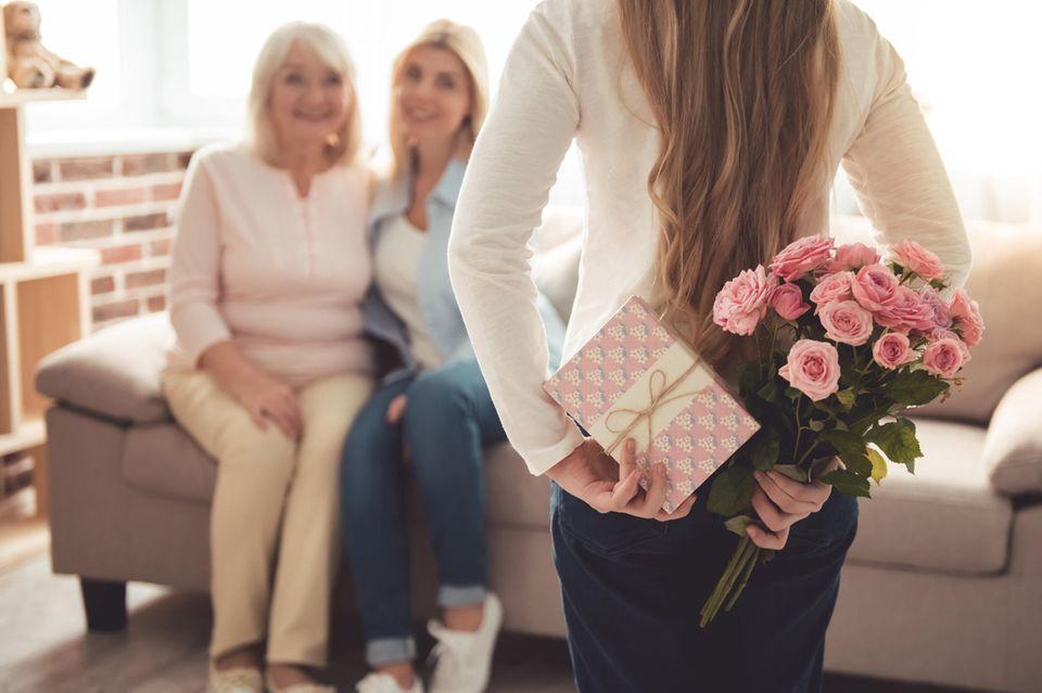 Muttertagsgeschenk basteln: Tochter mit Geschenk