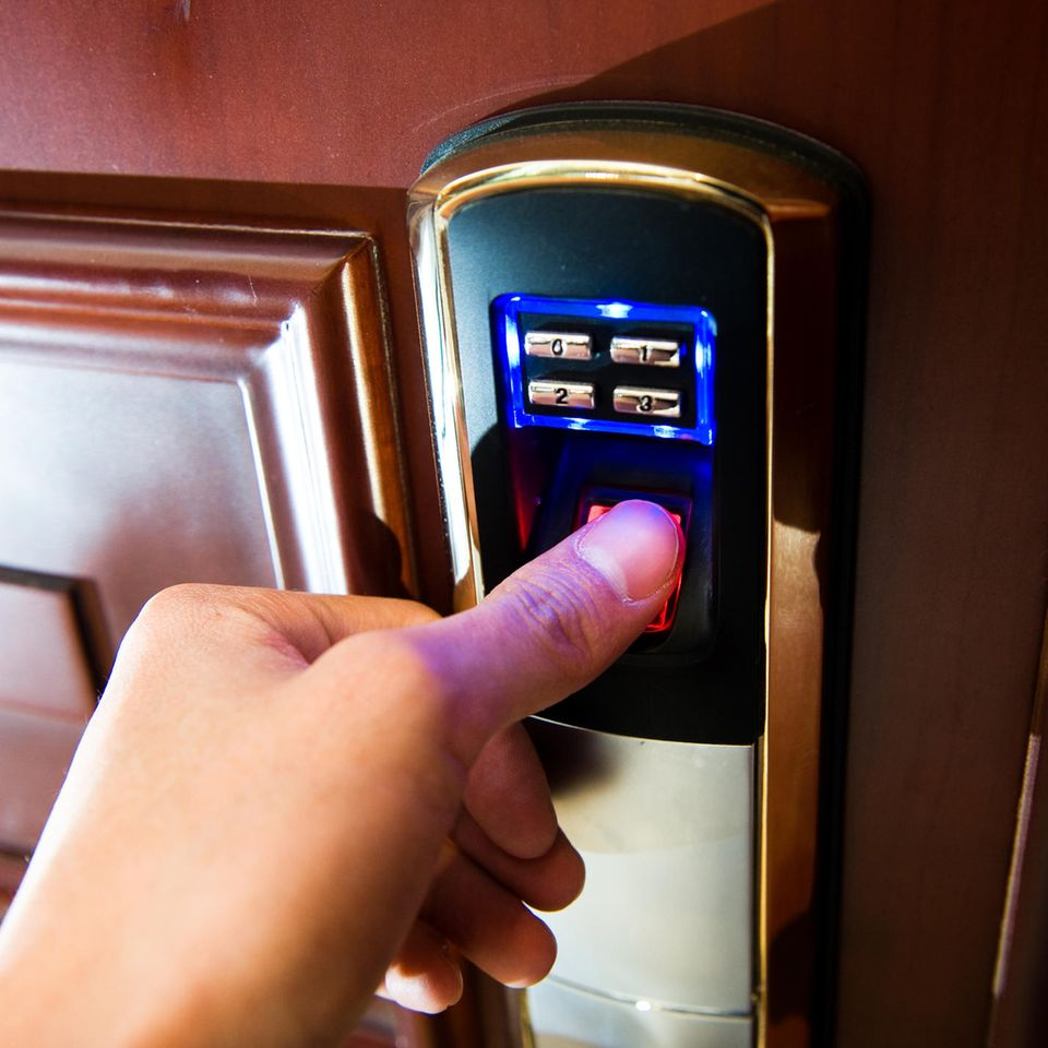 Auf Nummer sicher gehen: Hand öffnet Tür mit Code