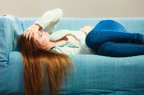 Coronavirus: Kranke Frau auf dem Sofa