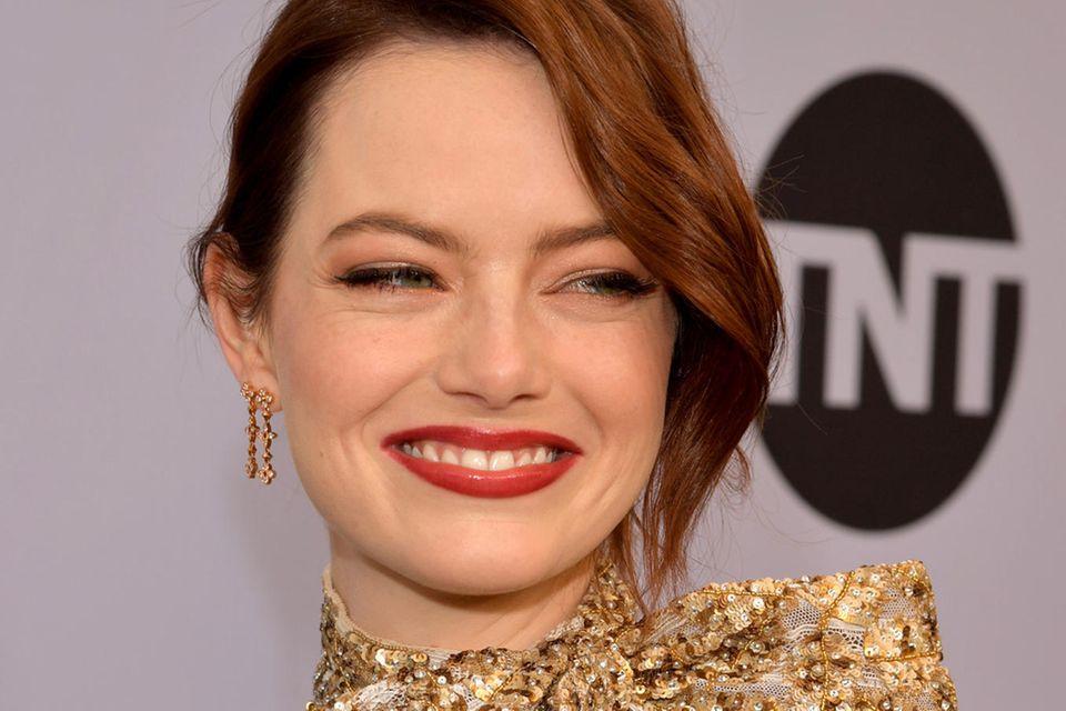 Emma Stone hat sich für die elegante Variante mit tiefem Seitenscheiten entschieden.