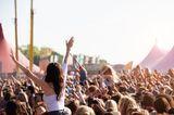 Raus aus stickigen Konzertsälen, Opernhäusern und Theatern, rein ins Grüne: Im Sommer wandert die Kultur nach draußen und wir können unsere Lieblingsband, ganze Orchester und Schauspiel-Ensembles unter freiem Himmel genießen. Zum Beispiel auf dem MS Dockville-Festival in Hamburg, den Domstufen-Festspielen in Erfurt oder dem Klassik-Open-Air in Berlin. Noch mehr Veranstaltungstipps finden Sie in unserem Kulturkalender.