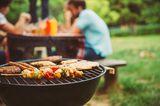 Kaum ist es draußen warm, versammeln wir uns um Feuerstellen. Herrlich. Und welche Innovationen gibt es dieses Jahr auf dem Grill? Probieren Sie doch mal Chicken-Wings in Knoblauch-Honig-Marinade.