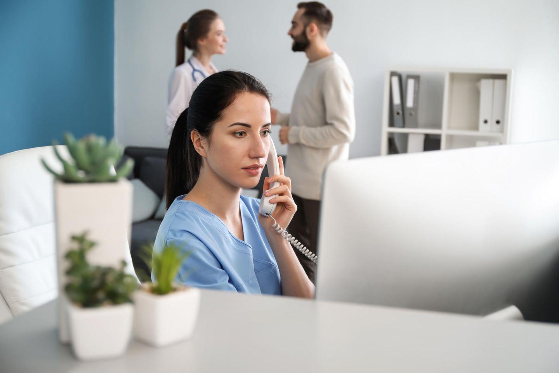 Arzthelferin: Arzthelferin am telefonieren