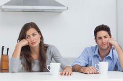 6 Dinge, über die du mit deinem Partner reden kannst: Gelangweiltes Paar