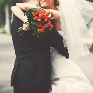 Corona aktuell: Brautpaar umarmt sich