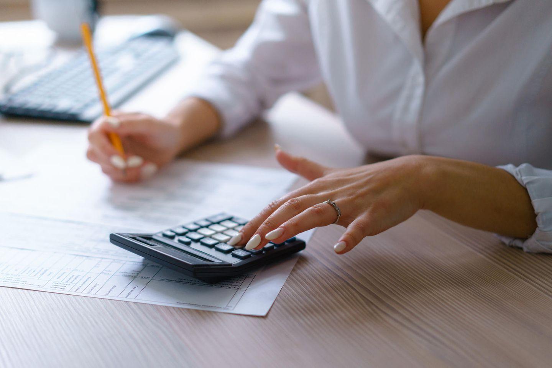 Buchhalter: Buchhalterin am Taschenrechner