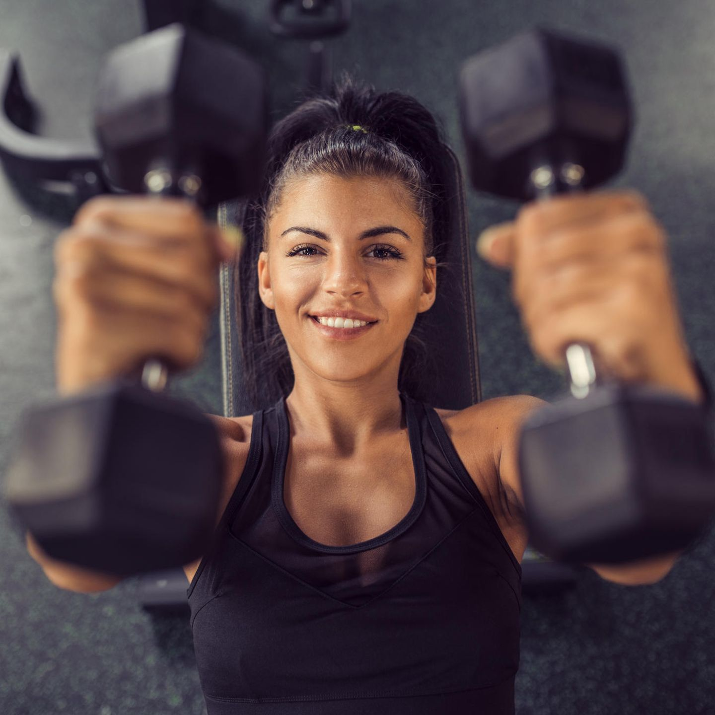 Brust: Überzüge - diese Übung kräftigt neben der Brustmuskulatur auch Rücken, Schulter und Bauch    Kommen Sie in Rückenlage, Beine etwa hüftbreit anwinkeln und den Rücken fest in den Boden drücken. Spannen Sie während der gesamten Übung bewusst die Bauchmuskulatur an - das schützt den unteren Rücken. Eine Hantel in beide Hände nehmen und die Arme senkrecht (Ellenbogen bleiben leicht angewinkelt) in die Höhe strecken und mit der Ausatmung nach hinten absenken. Mit der Einatmung ziehen Sie die Arme wieder in die Ausgangsposition zurück. Machen Sie mehrere Wiederholungen.    Tipp: Statt Hanteln (0,5-2kg) können Sie auch gefüllte Wasserflaschen als Gewichte nehmen.