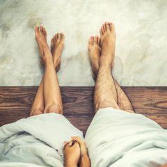 Paardiologie: Ein Pärchen sitzt nebeneinander unter einer Decke