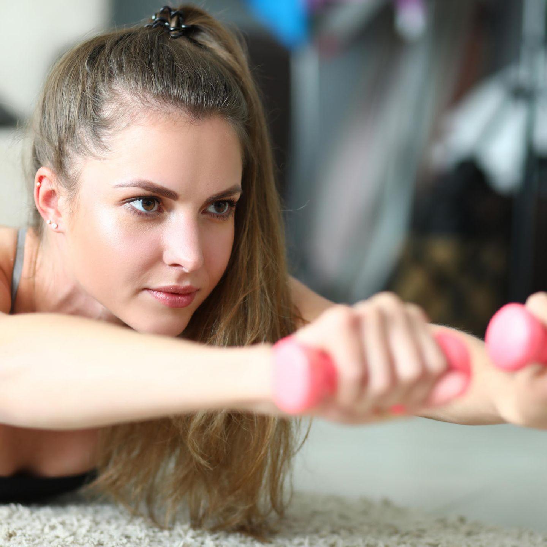 Rücken: Skorpion - kräftigt den Rücken und Nacken und macht einen knackigen Po    Bauchlage, Bein- und Pomuskulatur anspannen, Fußspitzen aufstellen. Stirn auf den Boden, Arme nach vorne strecken - in jede Hand eine Hantel. Mit der Ausatmung das rechte Bein und den linken Arm ein kleines Stück vom Boden abheben - Kopf hebt sich in Verlängerung der Wibelsäule. Mit der Einatmung kommen Bein und Arm wieder in Richtung Ausgangsposition und werden kurz vorm Boden gehalten. Nach einigen Wiederholungen die Seite wechseln.    Tipp: Arme und Beine nicht zu hoch nehmen und Bauch- und Pomuskulatur angespannt lassen!