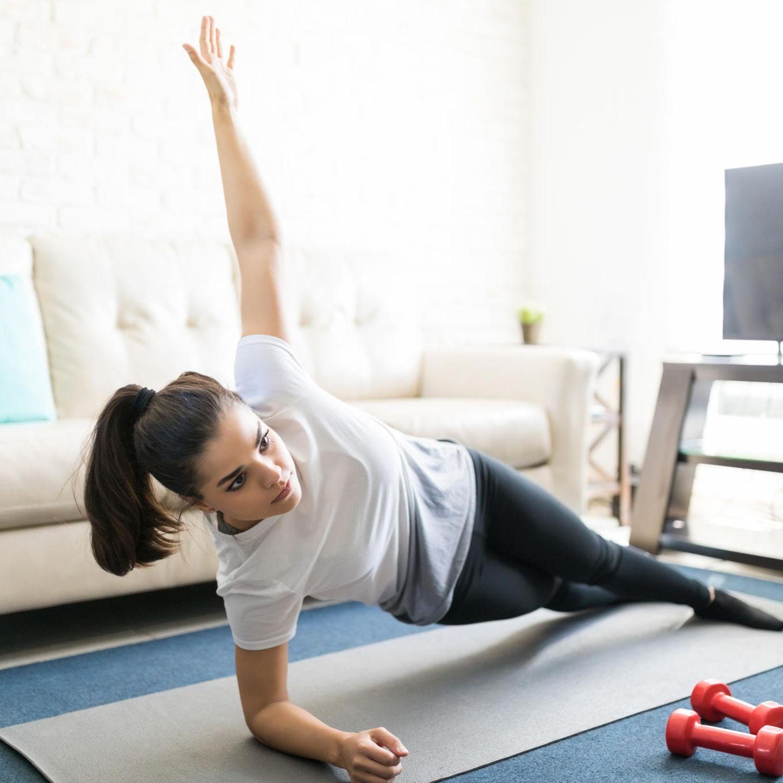Taille: Beckenlift seitlich - stabilisiert die seitlichen Bauchmuskeln und formt die Taille     In der Seitenlage auf dem Unterarm abstützen, Beine liegen aufeinander - Knie sind im rechten Winkel nach hinten gebeugt. Rumpf und Oberschenkel bilden eine Linie. Ausatmen und Becken, Oberschenkel und Oberkörper anheben - in einer geraden Linie! Beim Atmen bis kurz vor den Boden wieder absenken. Seite Wechseln.    Tipp: Spannen Sie ihre Schultermuskeln an und stemmen Sie sich damit leicht hoch.