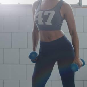 Schultern: Frontheben - trainiert die Schulterpartie, Nacken, Arme und Brustmuskulatur    Im Stand, die Füße hüftbreit auseinander, Knie leicht beugen. Hände mit Hanteln auf die Oberschenkel ablegen. Mit der Ausatmung langsam einen Arm von der Hüfte bis Schulterhöhe hochziehen - Ellenbogen nicht ganz durchstrecken und Handgelenke in Verlängerung der Arme gerade halten. Mit der Einatmung wieder absenken. Übung wiederholen und Seite wechseln.    Tipp: Ziehen Sie die Schulterblätter leicht zur Wirbelsäule und nach unten - so vermeiden Sie, die Schultern hochzuziehen.