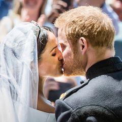 Herzogin Meghan + Prinz Harry: küssen sich