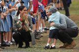 Herzogin Meghan + Prinz Harry: umarmen Kind