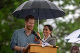 Herzogin Meghan + Prinz Harry: halten Regenschirm