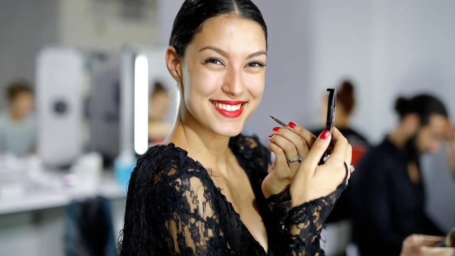 Rebecca Mir mit viel Taktgefühl - beim Spiegelputzen