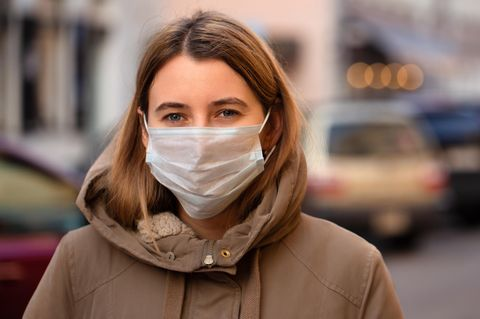 Corona aktuell: Frau mit Atemschutzmaske