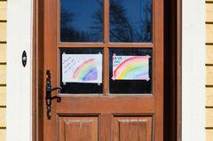 Corona aktuell: Regenbogen an der Tür