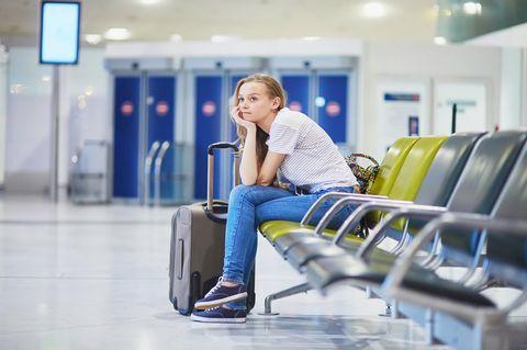 Flugverspätung Entschädigung: Mädchen wartet am Flughafen