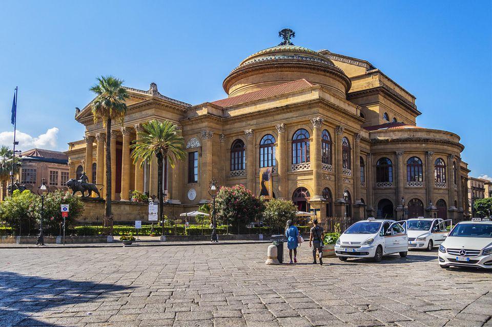 Ein Zeichen der neuen Zeit: Das Teatro Massimo stand über 20 Jahre lang verrottet leer. Jetzt ist die Staatsoper renoviert worden, und internationale Künstler treten hier auf.