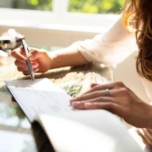 Abfindung bei Kündigung: Frau berechnet ihren Anspruch