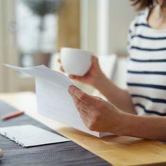 Kündigung während Krankheit: Frau liest Kündigungsbrief