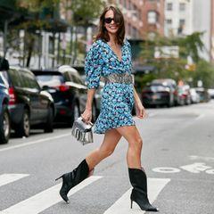New York Fashion Week: Model im blauen Kleid