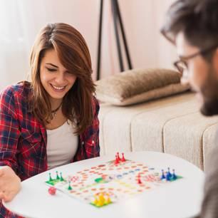 Corona aktuell: Spielideen - Paar spielt Brettspiel