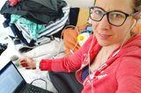 Homeoffice mit Kindern: Frau neben Wäschestapel