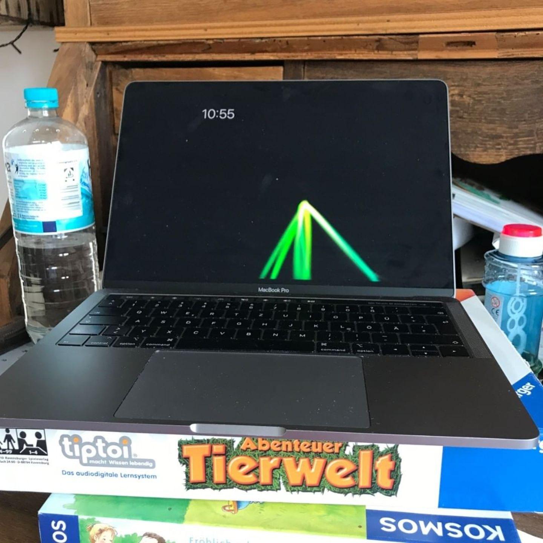 Homeoffice mit Kindern: Laptop steht auf Speilen