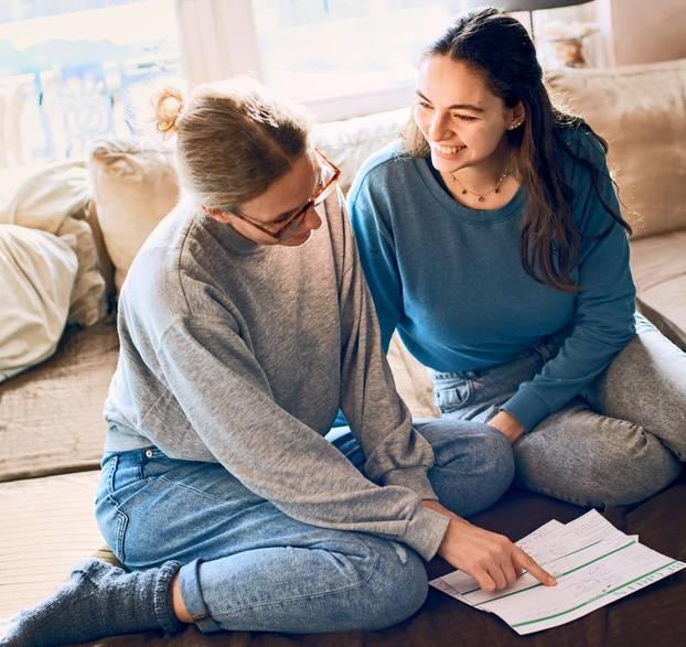 CO2 sparen: Jessica und Janice mit Tagebuch