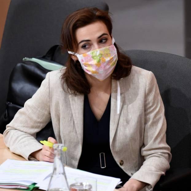 Corona aktuell: Österreichs Justizministerin trägt eine Stoffmaske