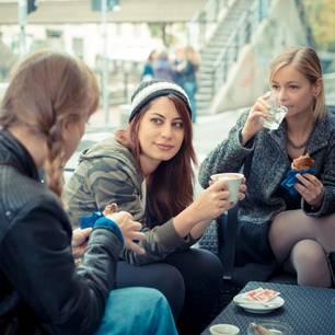 Horoskop: Drei Freundinnen sitzen im Café