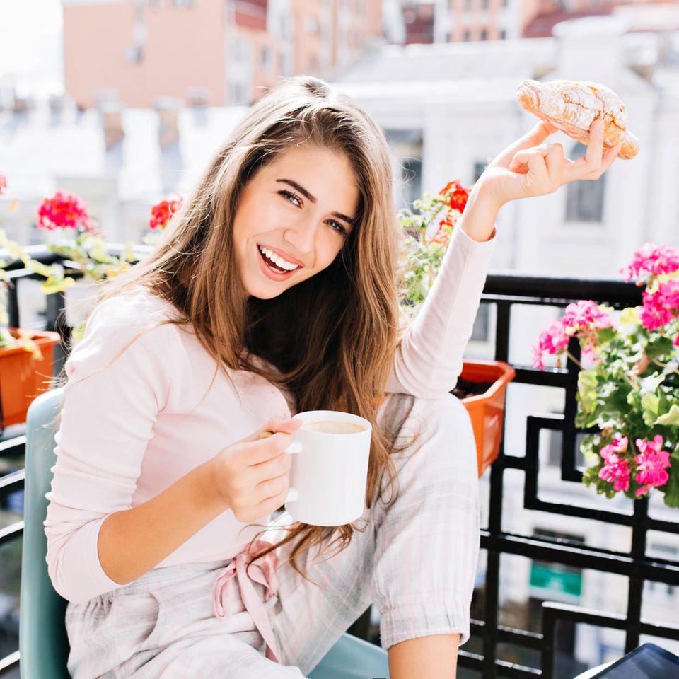 Sommer auf dem Balkon: Junge Frau auf Balkon