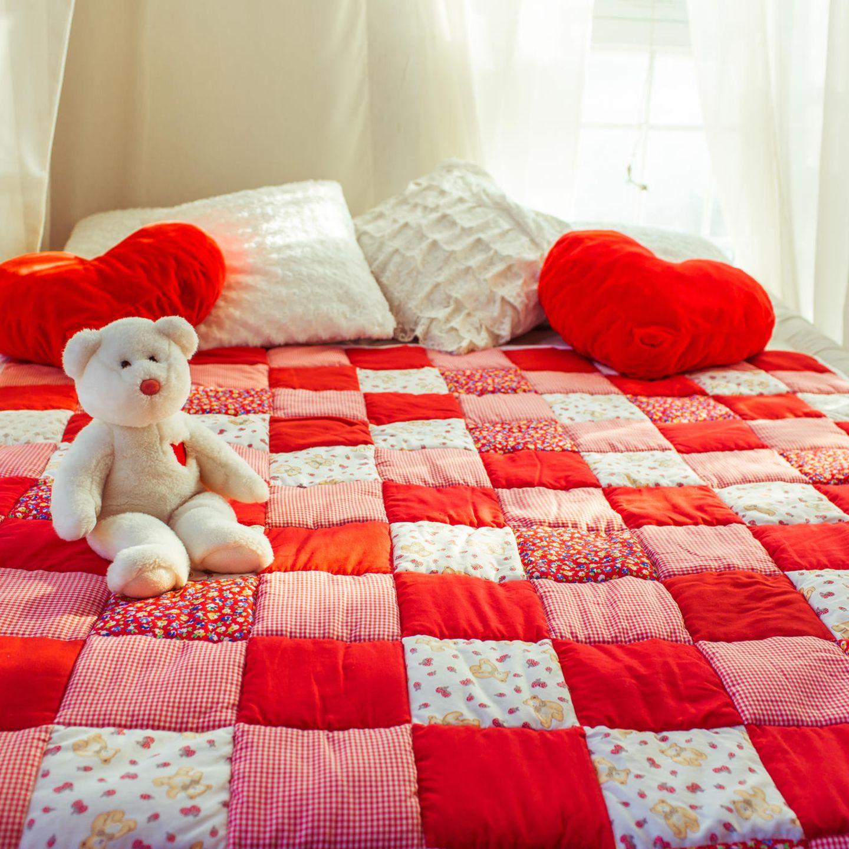 Ideal fürs Reste-Stricken: Decke und Kissen verbrauchen selbst den kleinsten Wollrest. Denn bei diesen Quadraten passt alles zusammen - Shetlandwolle, Mohair und was Sie sonst noch fürs Reste-Stricken übrig haben. Zur Anleitung