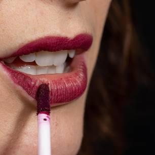 Zum Schluss das Gloss auftragen, von der Mitte nach außen, in kleinen Tupfbewegungen. Mehr auf BRIGITTE.de:Lippen schminken – die häufigsten Fragen zum ThemaSo schminken Sie einen ebenmäßigen TeintPerfekt schminken: alle Teile unserer BRIGITTE-Schminkschule