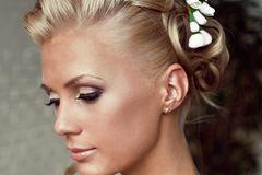 Schnell, mit hohem Glam-Faktor: Drei bis fünf Strähnen gerade über Stirn abteilen, jeweils zu einer Kordel drehen. Dann das gesamte Haar oben am Kopf zu einem Zopf zusammennehmen. Dicke Strähnen um sich selbst wickeln und die Enden entlang des Zopfgummis feststecken.