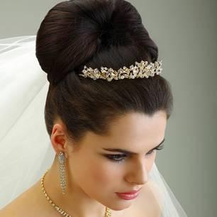 """Toll für langes Haar: Hoch angesetzten Pferdeschwanz binden, ihn einschlagen und die Enden """"unsichtbar"""" am Zopfgummi feststecken. Steckzopf breit auseinander ziehen und mit viel Haarspray einnebeln.Mehr bei BRIGITTE.de: Der Hochzeitskleiderschrank: Passende Outfits für jede Braut Schöne Brautkleider - vier mal anders 25 Ideen für die Hochzeitsdeko"""