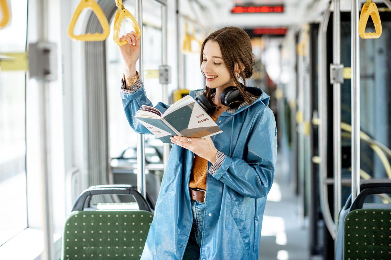 CO2 sparen: Mädchen im Bus liest Buch
