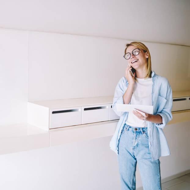 Schön, dass du dich auch mal wieder meldest!: Frau am Telefon
