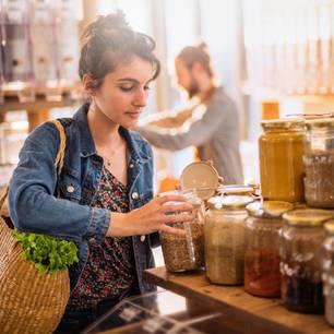 Nachhaltiger Konsum muss nicht teuer sein! Frau kauft im Unverpacktladen ein