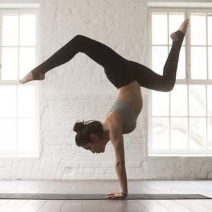 Yoga-Übungen: Frau macht Yoga