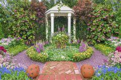 Terrassengestaltung: Garten mit weißem Pavillion