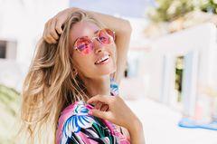 Haare aufhellen: Blonde Frau in der Sonne
