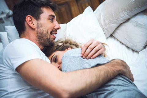 3 Sternzeichen, die es lieber zu Hause bleiben und kuscheln: Pärchen im Bett