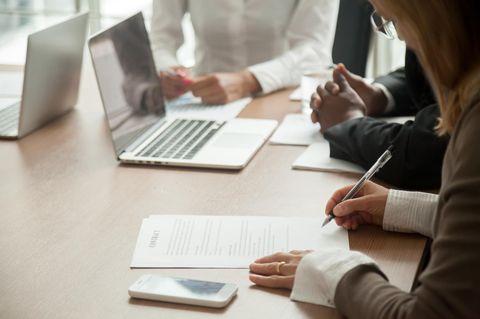 Aufhebungsvertrag mit Abfindung: Frau unterschreibt Vertrag