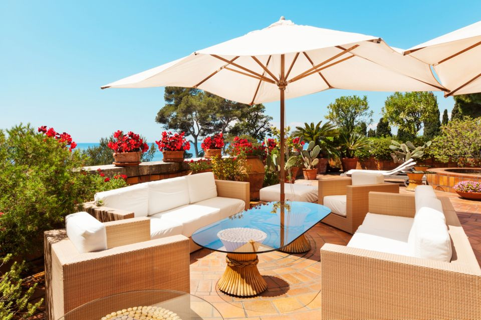 Terrassengestaltung: Terrasse mit Rattanmöbeln und Meerblcik