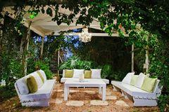 Terrassengestaltung: Pergola mit Sitzecke