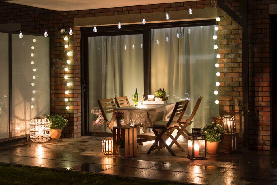 Terrassengestaltung: Terrasse mit Lichterketten und WIndlichtern