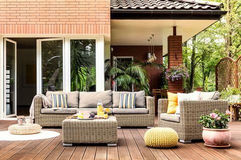 Terrassengestaltung: Terrasse mit Rattanmöbeln