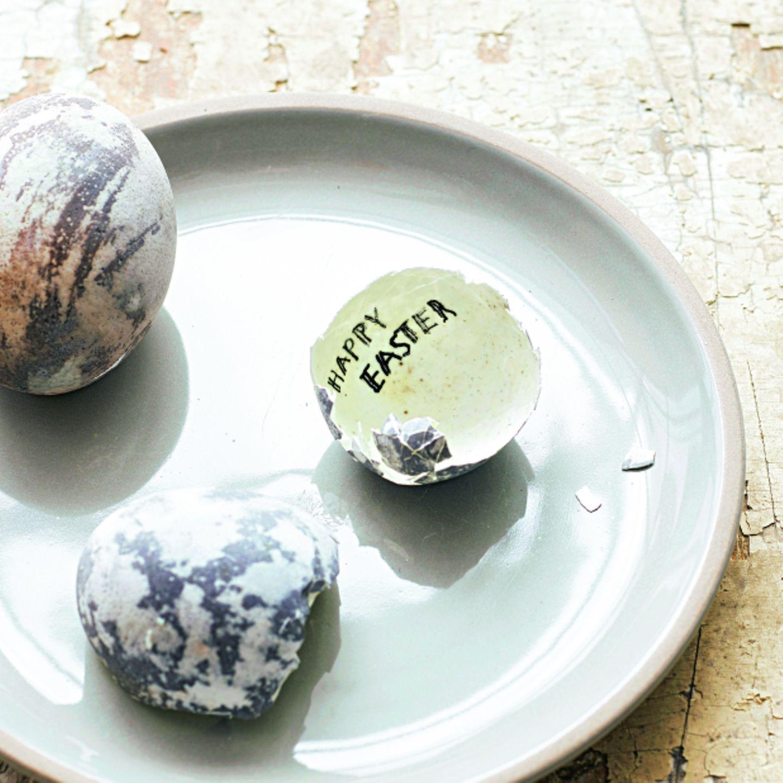 Osterdeko selber machen: marmorierte Eier